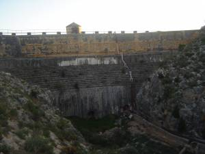 Dique de la presa de Almansa. Vista frontal - Hostal el Estudio